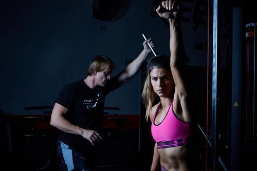 Pense nos seus músculos como ferramentas e não troféus. Seu treino não deve se restringir a puxar e empurrar.